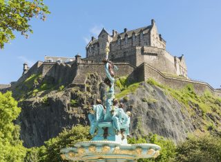 Edinburgh-Scotland-Edinburgh-Castle-and-the-Ross-Fountain-in-Princes-Street-Gardens-©-VisitScotland-Kenny-Lam-EXPIRES-18.1.2022