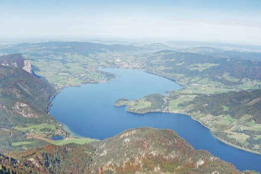 blick von schafberggipfel auf mondsee und schutzhuette zur himmelspforte ©tourismus Röbl